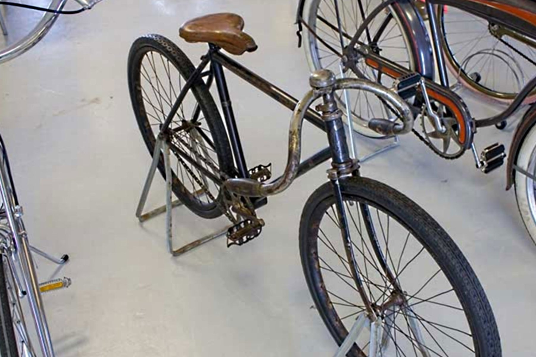 1901 INDIAN special-racer axel stands.jpg