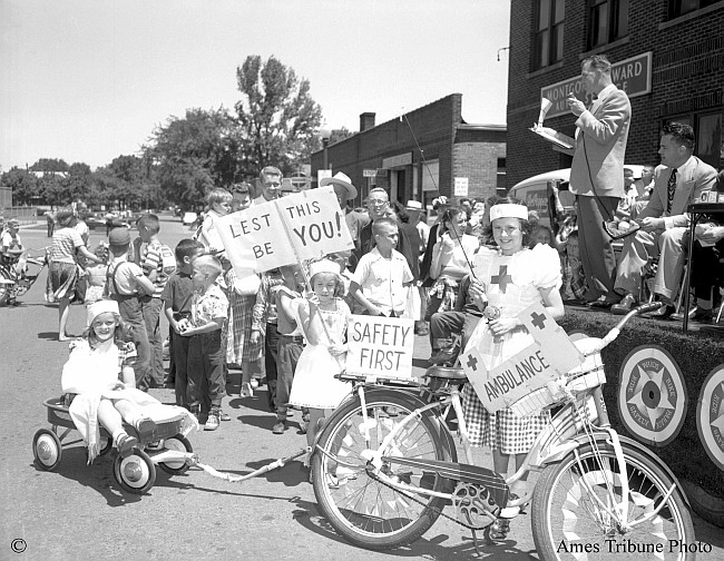 22_1950.06.13_parade_bicycles_c_s.jpg