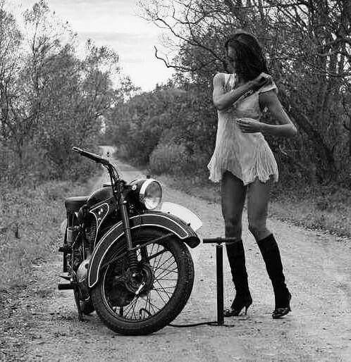 8f34209541ec458dbac197a2961e1e94--girls-on-bikes-classic-bikes.jpg