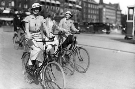 danish-women-cyclist_a-G-12737112-14258384.jpg