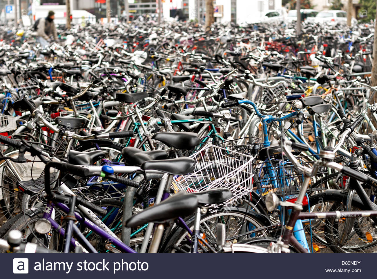 hundreds-of-bicycles-at-a-train-station-in-gttingen-gottingen-germany-D89NDY.jpg