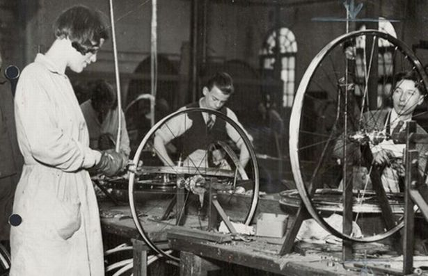 wheel-lacing-in-the-hercules-factory-in-1934-781650280.jpg