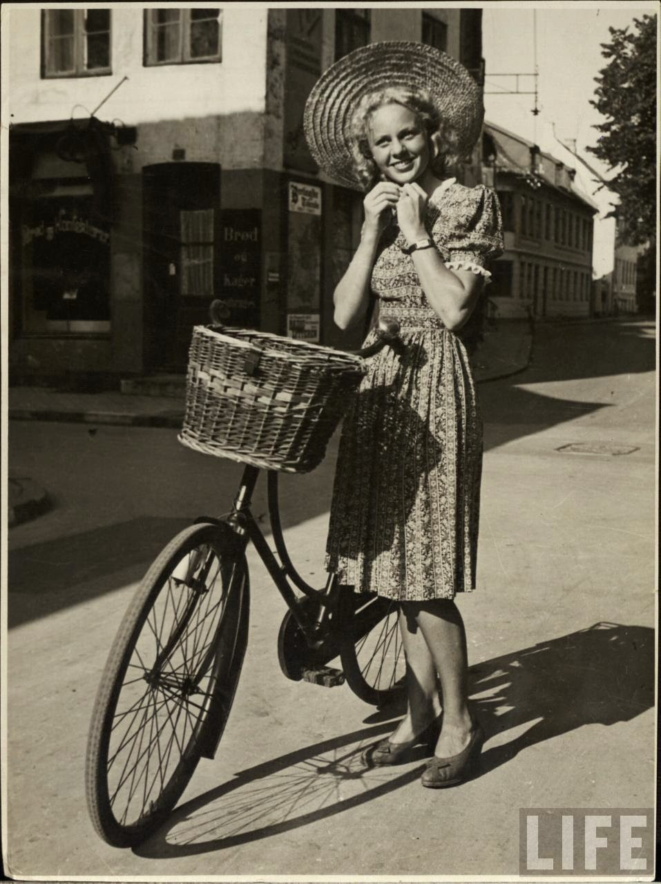 Women with Their Bicycles (11).jpg