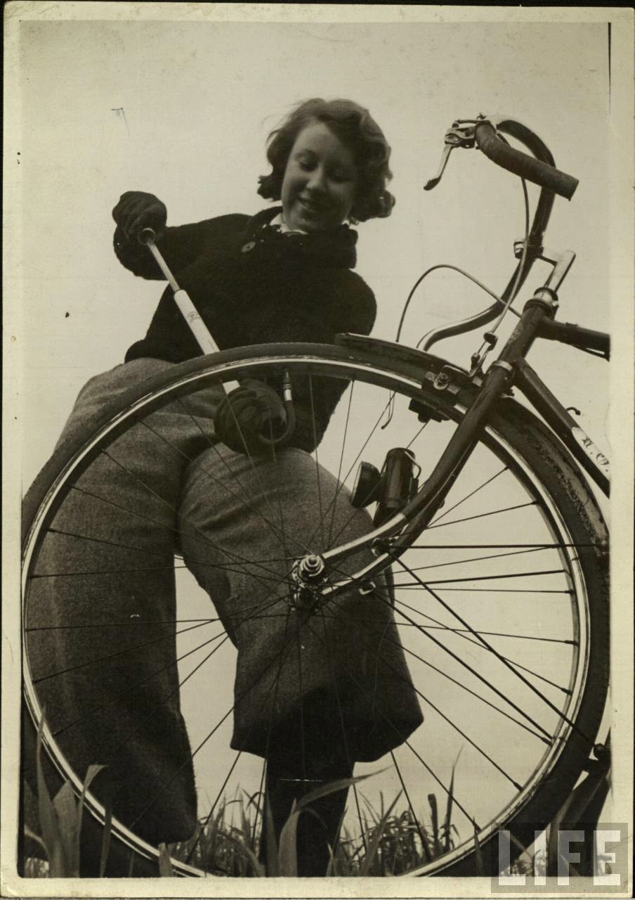 Women with Their Bicycles (13).jpg