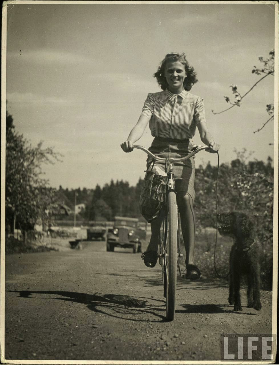 Women with Their Bicycles (15).jpg
