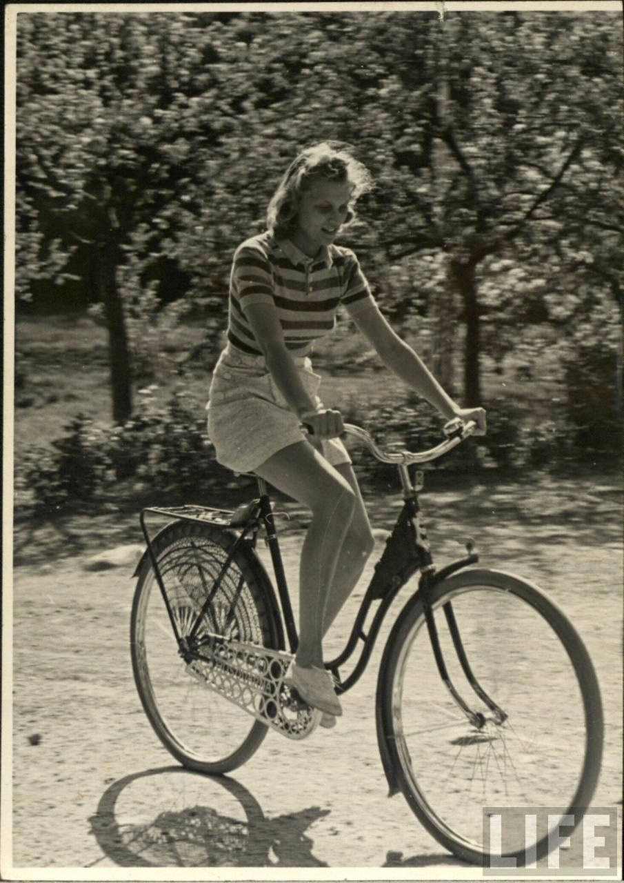 Women with Their Bicycles (17).jpg