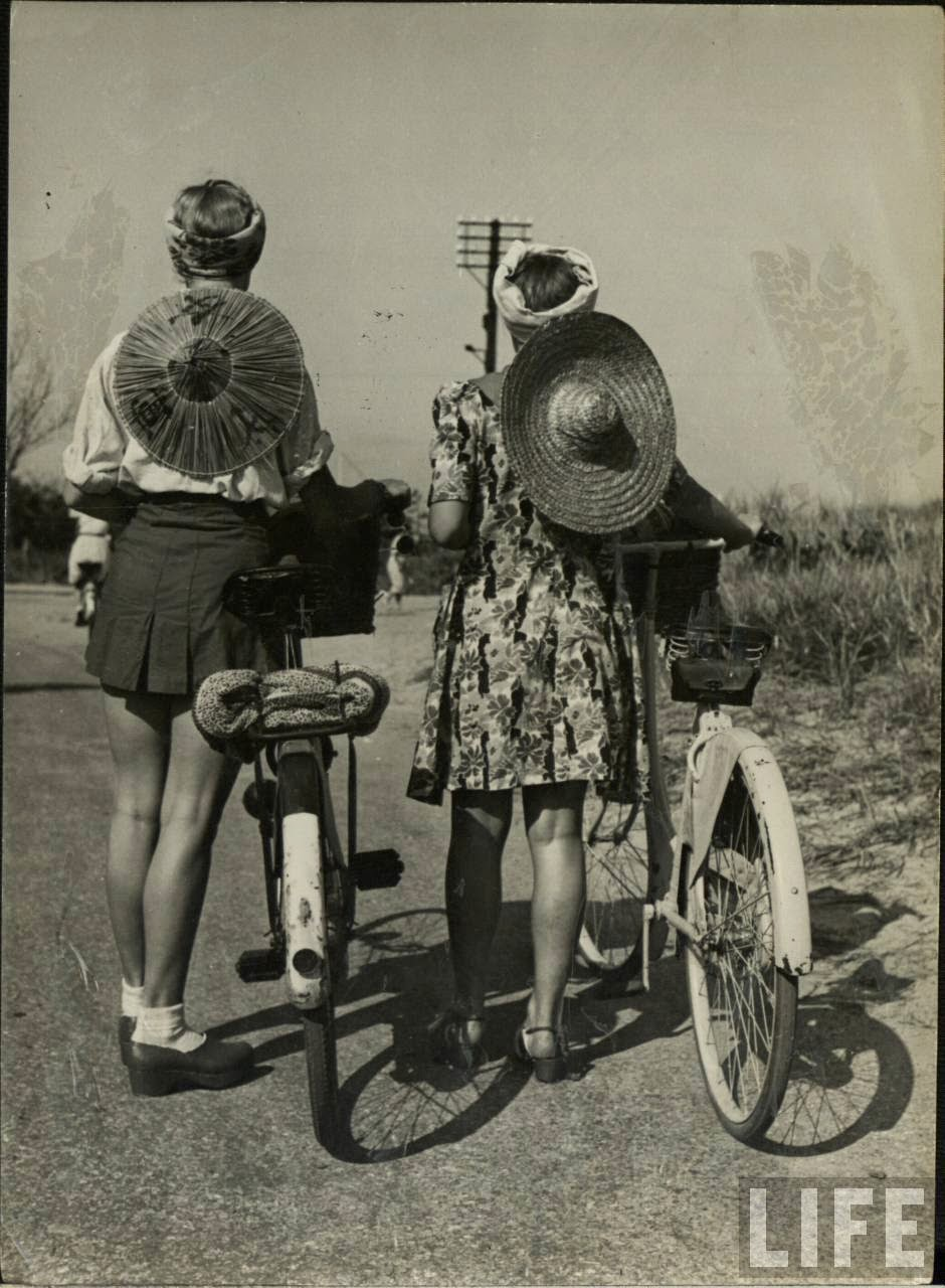Women with Their Bicycles (18).jpg
