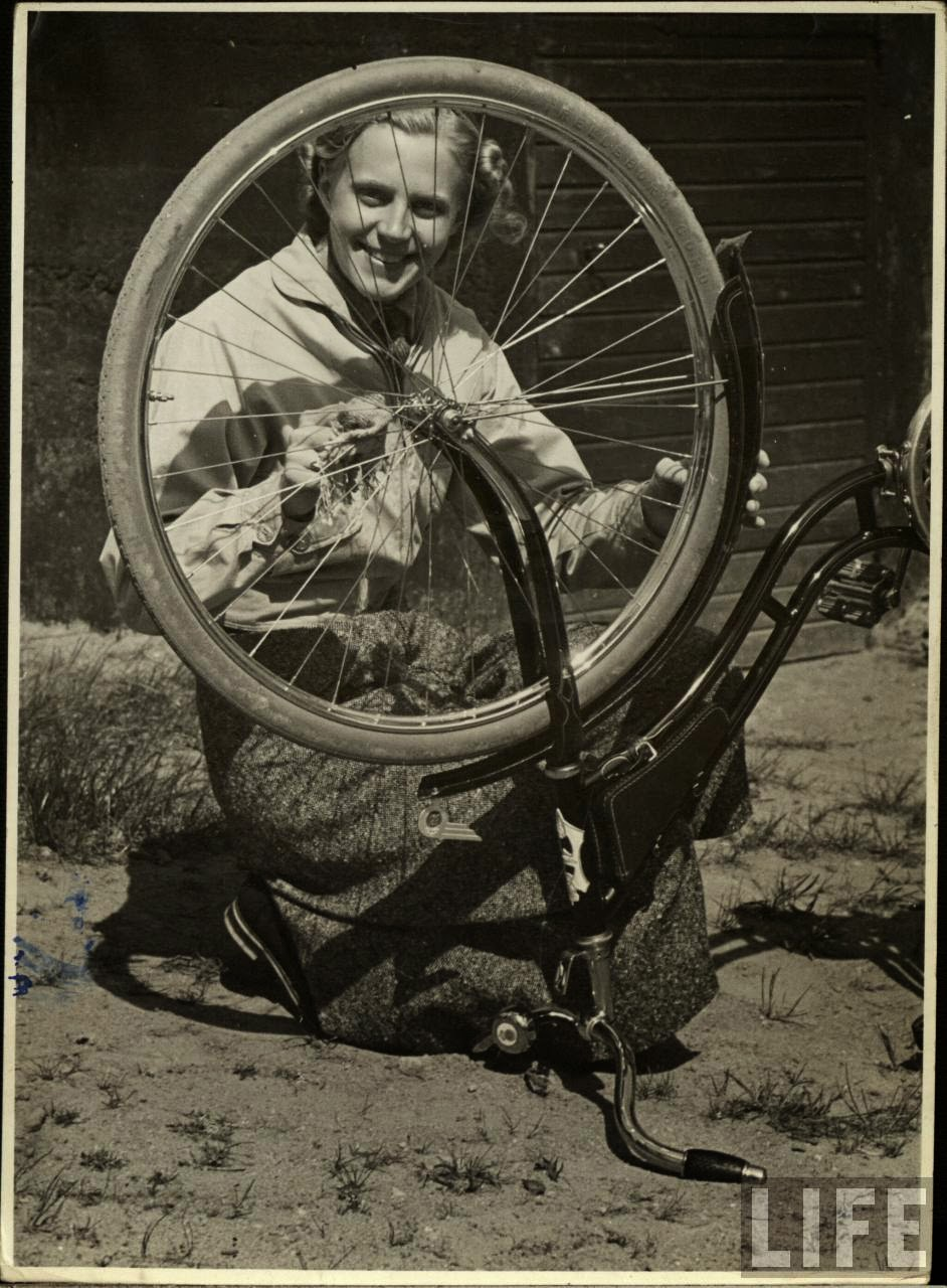 Women with Their Bicycles (19).jpg