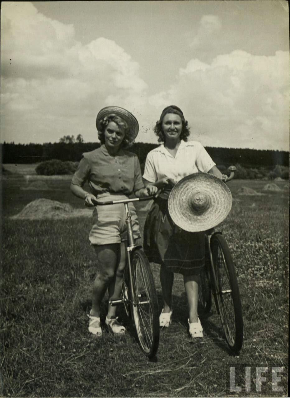 Women with Their Bicycles (23).jpg