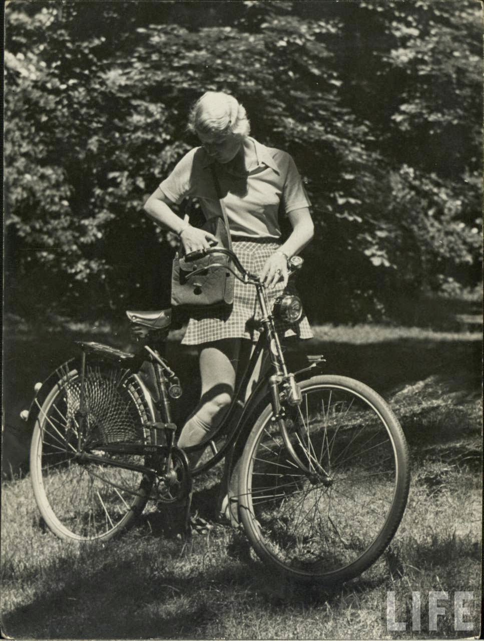 Women with Their Bicycles (24).jpg