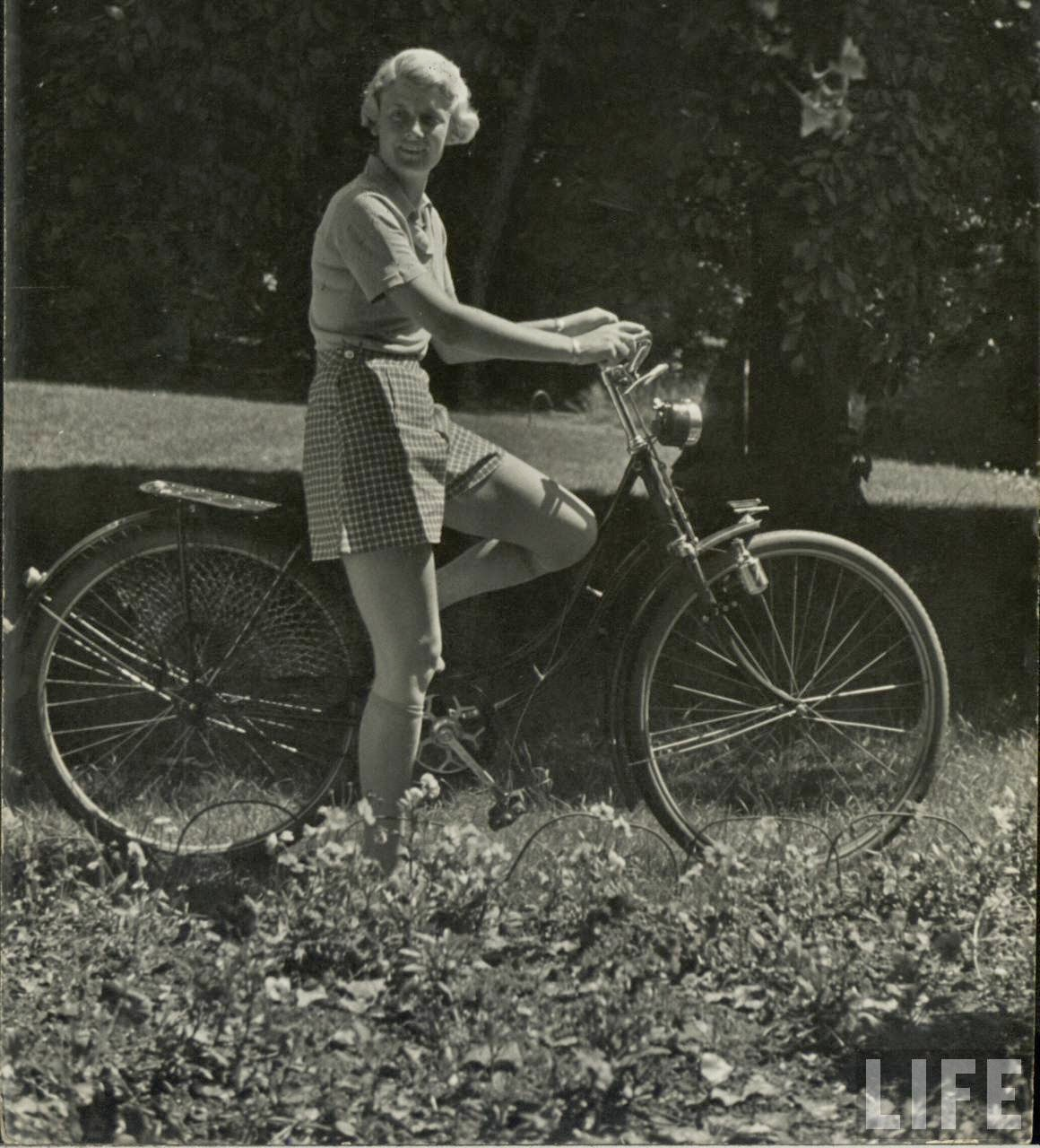 Women with Their Bicycles (29).jpg