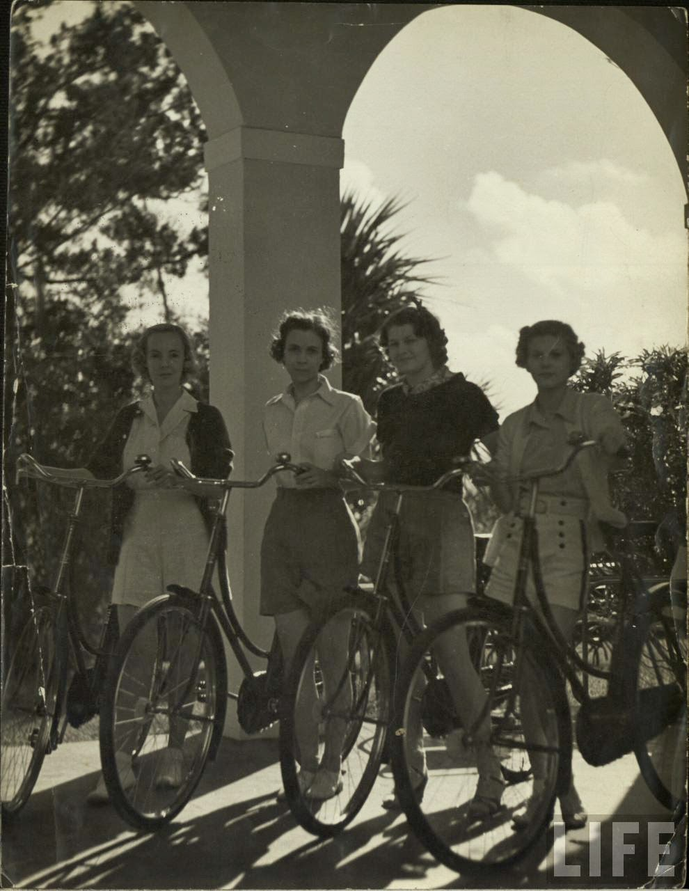Women with Their Bicycles (30).jpg